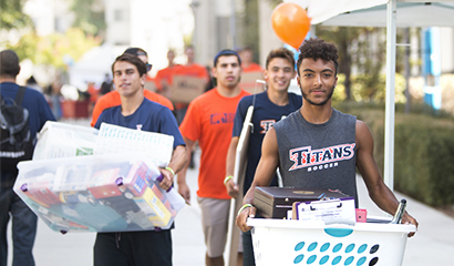CSUF students moving in to housing